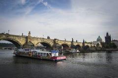 Charles Bridge, fiume della Moldava, Praga Immagini Stock