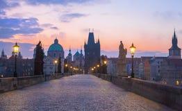 Charles Bridge Het panorama van de nacht van Praag, Tsjechische Republiek royalty-vrije stock foto's