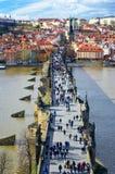 Charles Bridge i Prague, Chezh republik 02-19-2017 Royaltyfria Foton