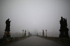Charles Bridge i Prague på den dimmiga morgonen fotografering för bildbyråer