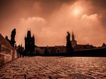 Charles Bridge i Prague på soluppgång Arkivfoto