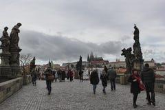 Charles Bridge i Prague tilldrar alltid många turister Arkivbild