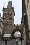Charles Bridge i Prague tilldrar alltid många turister Arkivfoton