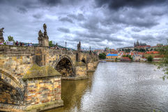 Charles Bridge i Prague, Tjeckien Arkivbild