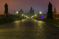 Charles Bridge i Prague (Tjeckien) på nattbelysning Fotografering för Bildbyråer