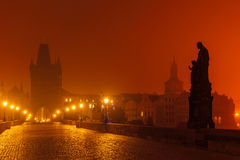 Charles Bridge i Prague (Tjeckien) på nattbelysning Arkivfoton