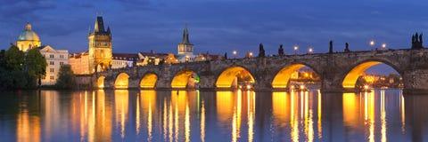 Charles Bridge i Prague, Tjeckien på natten Arkivbild