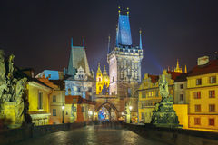 Charles Bridge i Prague (Tjeckien) på nattbelysning Arkivbilder