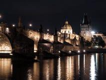 Charles Bridge illuminato riflesso nel fiume della Moldava di notte Praga, repubblica Ceca immagine stock