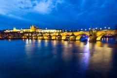 Charles Bridge Karluv Most bij nacht, Praag stock fotografie