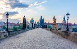Charles Bridge Karluv Most bij zonsopgang, Praag, Tsjechische Republiek royalty-vrije stock fotografie
