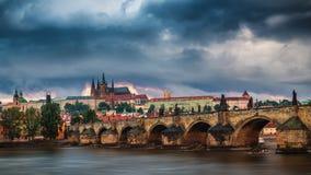 Charles Bridge Karluv Most e Lesser Town Tower, Praga in Unione Sovietica fotografia stock