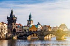 Charles Bridge Karluv Most en Lesser Town Tower, Praag, Czec stock foto's