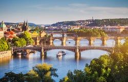 Charles Bridge Karluv Most en Lesser Town Tower, Praag in su stock foto's