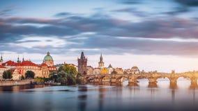 Charles Bridge Karluv Most en Lesser Town Tower, Praag in su stock afbeelding