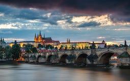 Charles Bridge Karluv Most en Lesser Town Tower, Praag in su stock afbeeldingen