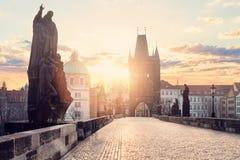 Charles Bridge Karluv Most en Lesser Town Tower, Praag, Tsjechische Republiek royalty-vrije stock afbeelding