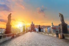 Charles Bridge Karluv Most en Oude Stadstoren bij verbazende zonsopgang met hemel en wolken in Praag, Tsjechische Republiek royalty-vrije stock afbeeldingen