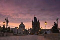 Charles Bridge Karluv Most en Oude Stadstoren bij zonsopgang, Praag, Tsjechische Republiek stock foto