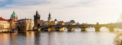 Charles Bridge Karluv Most och Lesser Town Tower, Prague, Czec royaltyfria bilder