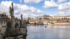 Charles Bridge met het is beroemde beeldhouwwerken, met het Kasteel van Praag op de achtergrond, Praag, Tsjechische Republiek stock foto