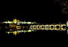 Charles Bridge na noite em Praga - República Checa Fotos de Stock