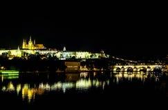 Charles Bridge na noite em Praga - República Checa Fotografia de Stock