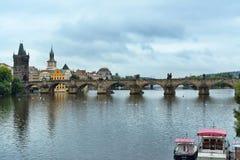 Charles Bridge nel giorno di estate di Praga ed il cielo con le nuvole Fotografia Stock Libera da Diritti
