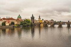 Charles Bridge nel giorno di estate di Praga ed il cielo con le nuvole Fotografia Stock