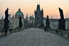 Charles Bridge no alvorecer, Praga Fotos de Stock