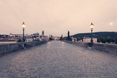 Charles Bridge no amanhecer imagem de stock royalty free