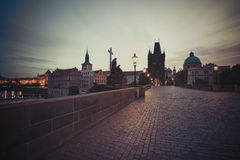 Charles Bridge no amanhecer foto de stock royalty free
