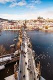 Charles Bridge no inverno imagem de stock