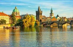 Charles Bridge och arkitektur av den gamla staden i Prague Arkivbilder