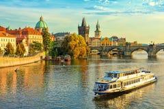 Charles Bridge och arkitektur av den gamla staden i Prague Fotografering för Bildbyråer