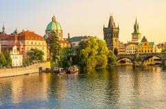 Charles Bridge och arkitektur av den gamla staden i Prague Royaltyfri Foto