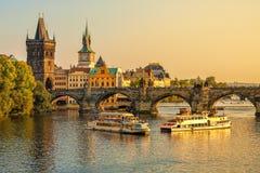Charles Bridge och arkitektur av den gamla staden i Prague Royaltyfria Foton