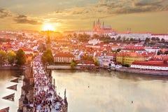 Charles Bridge och Lesser Town av Prague, sikt från den gamla staden Bri fotografering för bildbyråer
