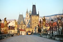 Charles Bridge och Lesser Town Tower, Prague Arkivfoton