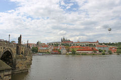 Charles Bridge och Prague Arkivbild