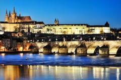 Charles Bridge och Prague slott vid natt Royaltyfri Foto