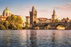 Charles Bridge och utkik står högt i Prague, Tjeckien royaltyfria foton