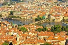 Charles Bridge op Vltava-rivier in Praag Stock Foto