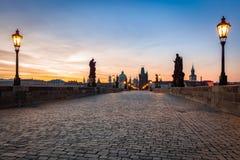 Charles Bridge på soluppgång, Prague, Tjeckien Dramatiska statyer och medeltida torn Arkivfoton