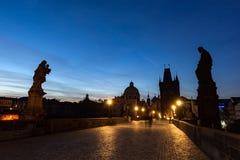 Charles Bridge på soluppgång, Prague, Tjeckien Dramatiska statyer och medeltida torn Royaltyfria Foton