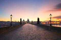 Charles Bridge på soluppgången Arkivfoto