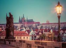 Charles Bridge på soluppgång, Prague, Tjeckien Sikt på den Prague slotten med domkyrkan för St Vitus Royaltyfria Foton