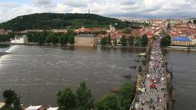 Charles Bridge (pont médiéval à Prague sur la rivière Vltava) banque de vidéos