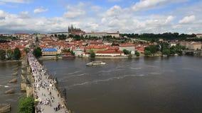 Charles Bridge (pont médiéval à Prague sur la rivière Vltava) Vue de Timelapse banque de vidéos