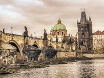 Charles Bridge in Praag Stock Afbeeldingen